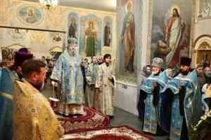 Митрополит Корнилий совершил всенощное бдение в канун праздника Покрова Пресвятой Богородицы