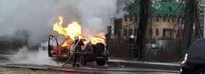 В Архангельске недалеко от пожарной части на ходу загорелся автомобиль