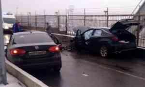 Серьёзная авария сегодня нанесколько часов парализовала движение пожелезнодорожном мосту вАрхангельске
