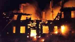 В Каргопольском районе пожар полностью уничтожил многоквартирный дом