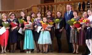 Традиционно вконце года премии вручаются юным музыкантам, танцорам ихудожникам