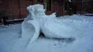 Архангельские мамы и папы посоревновались в строительстве снежных фигур