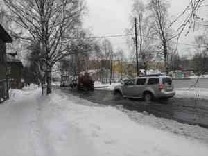 «Проезжала недавно — разлилось еще больше»: улица Маяковского в Соломбале «плавает» из-за аварии