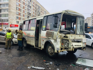 Опубликовано видео с места столкновения автобусов в Архангельске