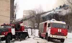 Вцентре Архангельска сегодня горели сразу два расселённых деревянных дома