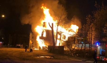 В центре Архангельска горит деревянный дом