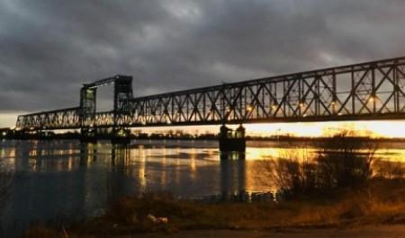 Охранник железнодорожного моста в Архангельске упал с 13-метровой высоты в воду