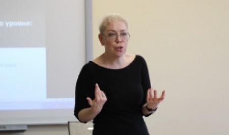 Елена Базанова:  «Нельзя развить исследовательский голос, если ты пишешь, как робот»