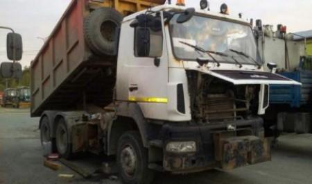Рабочего насмерть придавило кабиной грузовика на архангельской автобазе