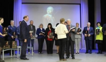 Два капитана передали книгу-альбом «Академик Ломоносов» библиотекам, вузам и музеям Поморья