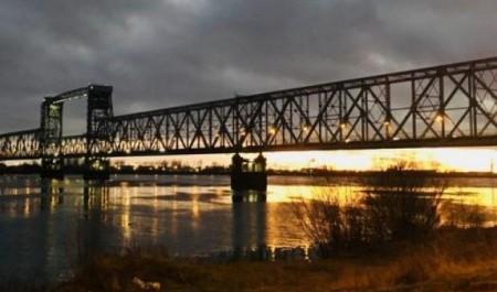 В Архангельске охранник железнодорожного моста упал с 13-метровой высоты