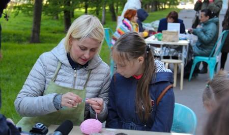Рукоделие во имя добра: 8 июня северян приглашают связать на улице вещи для недоношенных детей