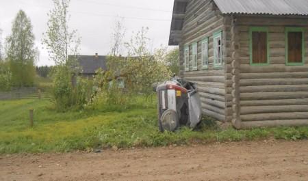 В Поморье пьяный водитель съехал с дороги и врезался в дом