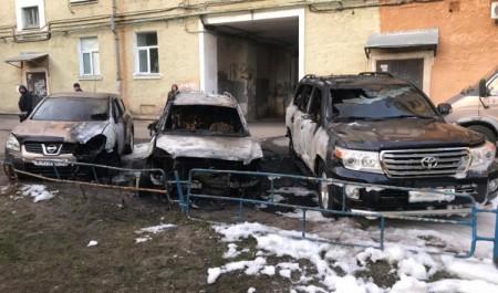 В Северодвинске ночью сгорели три автомобиля
