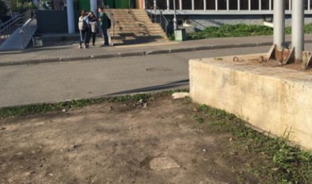 Краеведы выдвигают версии появления древней могильной плиты в центре Архангельска
