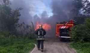 Пожар в сараях угрожал жилому дому