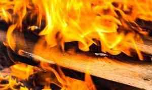 В Архангельске из-за пожара в многоэтажке пострадало 12 балконов и квартир