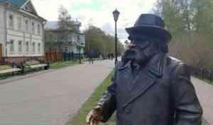 На шляпу памятника Степану Писахову в Архангельске вновь сядет птица