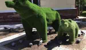 В центре Архангельска появились два зелёных медведя, собранные в колонии