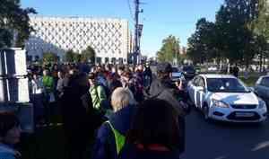 В Архангельске освистали полицейских, пытавшихся запретить автомобилистам сигналить бессрочке