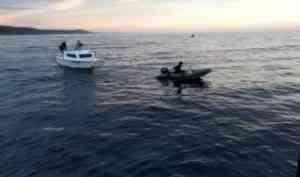 Спасатели оказали помощь троим рыбакам в Белом море