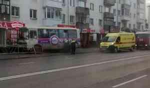 НаТроицком проспекте вАрхангельске пассажирский автобус выехал натротуар