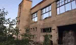 Опасное селфи: на Хабарке подросток сорвался со второго этажа заброшенного здания