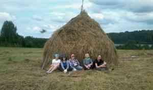 Волонтёры лагеря «Сенокосное раздолье» заготовили в Кенозерье две с половиной тонны сена