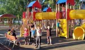 В Ленском районе открыли первую современную детскую площадку
