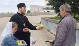 Архангельский священник в праздник Преображения раздавал горожанам яблоки