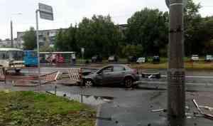 «Выбросило из машины»: иномарка врезалась в дорожное ограждение на Ленинградском проспекте