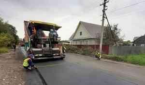 Дорожники Каргополья асфальтируют проспект Октябрьский райцентра