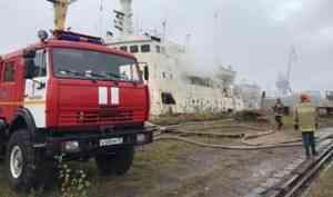 «Людей на борту нет»: в Архангельске горит судно «Павел Башмаков»