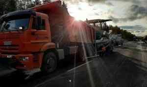 На границе Няндомы и Вельска в рамках дорожного нацпроекта стартовала укладка асфальта