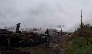 Пять деревянных домов сгорели утром под Архангельском