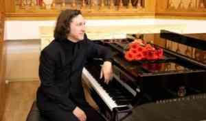 В Архангельске выступил знаменитый пианист Рэм Урасин