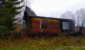 Два заброшенных дома сгорело под Котласом