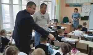 Более пяти тысяч световозвращателей передано школьникам Архангельской области