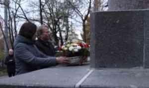В САФУ состоялась торжественная церемония возложения цветов к памятнику М.В. Ломоносова