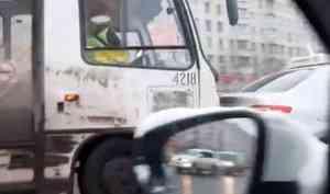 Авария сучастием автобуса частично затруднила движение наперекрёстке улиц Воскресенской иТимме