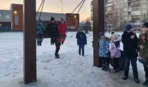 В Архангельске к новой качели в виде буквы П выстроилась очередь детей