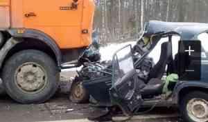 Женщина и ребенок погибли после столкновения легковушки с КАМАЗом под Шенкурском