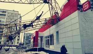 Строительный кран упал на продуктовый магазин на улице Дачной в Архангельске