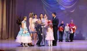 Награды за любовь, доброту и терпение: в Архангельске чествовали лучших родителей