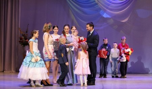 ВАрхангельске наградили матерей-героинь иответственных отцов
