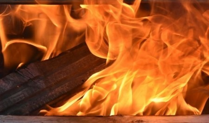 Более трёх часов тушили пожар в двухэтажном деревянном доме в Поморье