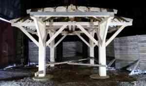 Вельские осужденные начали работу над резными деталями будущей беседки Грина
