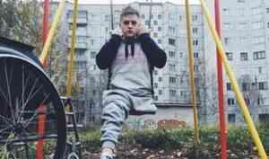 Блогер Сергей Кутовой показал на видео, как с костылями упал на гололеде в Архангельске