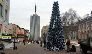На Чумбаровке завершается процесс сборки новогодней ёлки