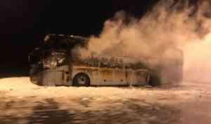 Горящий автобус спровоцировал гигантскую пробку на трассе М-8 в Приморском районе